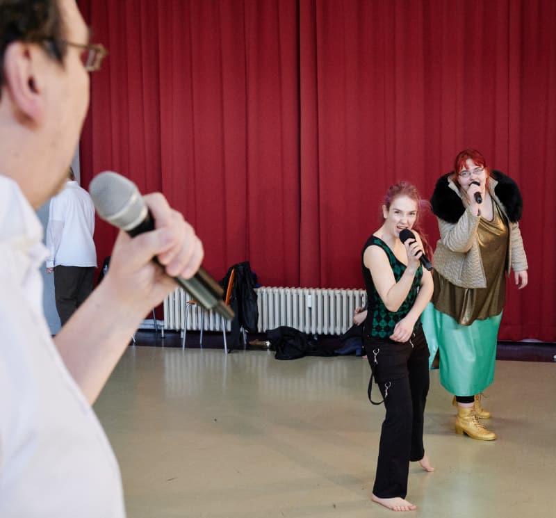So lernen wir Schauspielerei - Gesang Tanz - Minotauros Kompanie - inklusives Theater-Ensemble
